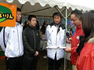 ブース訪問隊のインタビューを受ける3選手