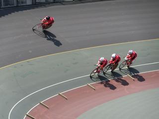 全力疾走する近畿チームの先頭交代シーン
