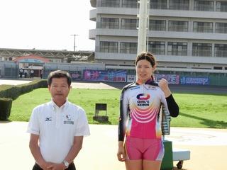 県公営競技事務所・中松定寛所長(左)と記念撮影する石井選手