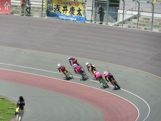 女子ケイリン予選1組 最終1センターの攻防