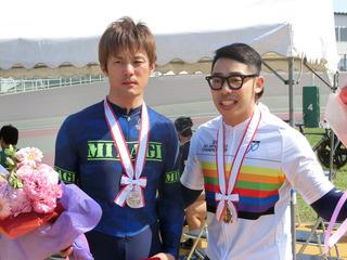 ツーショット写真に応じる大槻(左)と早坂