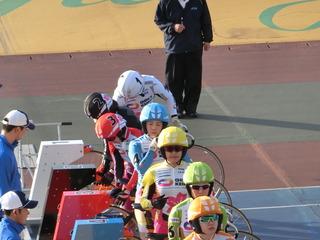 発走台に就いて集中する山本選手