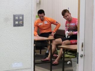 選手控室でレースを振り返る稲垣選手(左)と脇本選手
