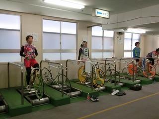 ローラー台でウォームアップをする(左から)加瀬・梶田・長澤選手