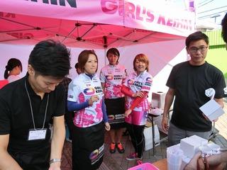 ガールズケイリンカフェで接客する(中央左から)戸田・佐藤・福田選手