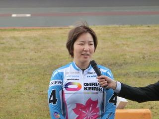 笑顔で優勝インタビューを受ける尾崎選手