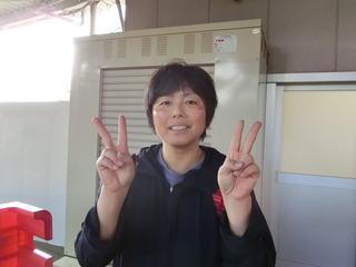 岡村選手はダブルピースで1着の喜びを表現