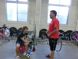 渡会宏和選手(右)と談笑する長澤彩選手