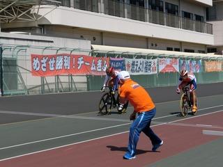 男子チームスプリント予選 2走が離脱して3走へ それ行けっ!