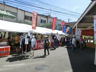 南門から並んだ物販テント 自転車競技グッズのお店です