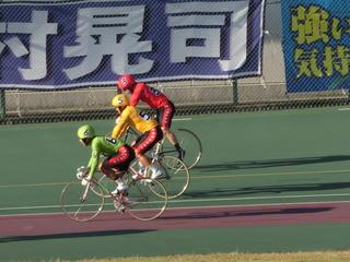 健闘をたたえ合いながら敢闘門に引き上げる四国3車