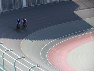 成年男子スプリント1/8決勝2組 橋本が松本の動きを注視する
