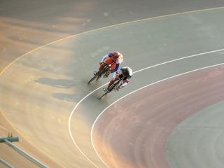 成年男子スプリント1/4決勝2組 橋本が、先行する牧田を差し交わそうとする