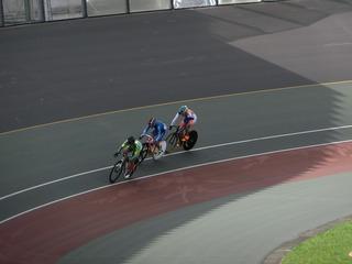 少年男子4�q速度競走予選3組 最終2センター3番手の永橋が1着通過を目指してスパートに入る