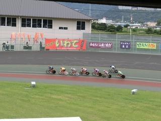 成年男子4�q速度競走予選5組 2周目2角で後続集団が原井選手に追いつく