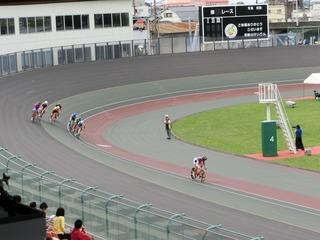 成年男子4�q速度競走予選5組 2周目4角で佐々木選手が単騎で飛び出す