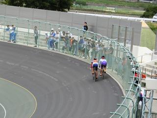 少年男子スプリント1/2決勝2組 2周目1角 布居と中島が仕掛けるタイミングを計る