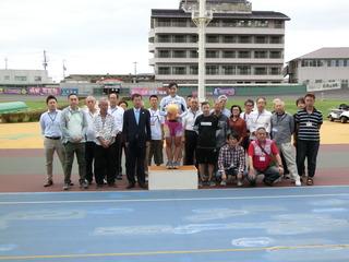 高木選手がファンクラブ会員と一緒に記念撮影