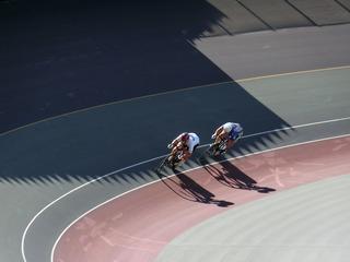 成年男子スプリント1/2決勝1組 橋本が坂本を先行する