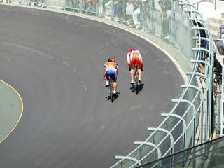 成年男子スプリント1/2決勝2組 先行する橋本に曽我が車を寄せてくる