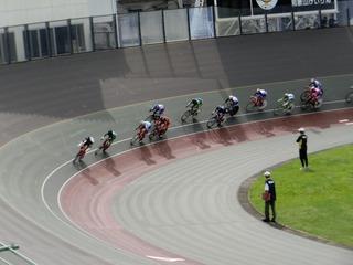少年男子ポイントレース予選1組 第6スプリントを小玉が1位通過する