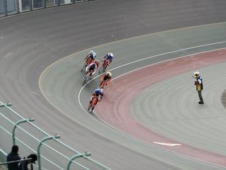 少年男子ポイントレース予選1組 中川が1着でゴールして逆転でポイント首位に立つ