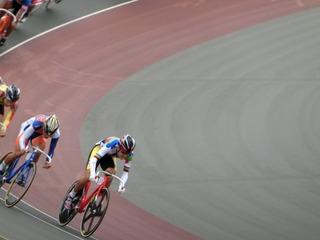 少年男子ポイントレース決勝 第2スプリントで山本が小玉を交わしにかかる