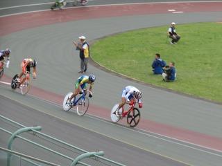 少年男子ポイントレース決勝 ゴール着順での逆転を狙って先行する徳田