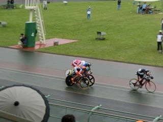 少年男子4�q速度競走決勝 山田を先に捉えた今村が先頭でゴールに