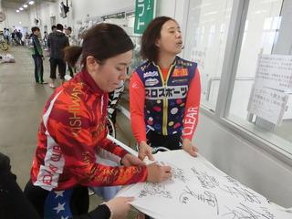 白井美早子選手 サイン中