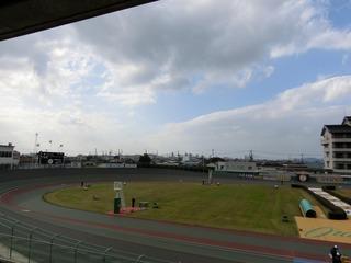 開催初日は雨上がりの曇り空