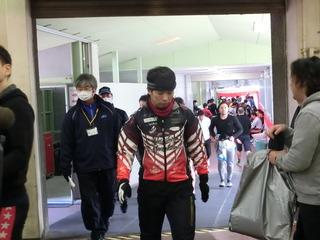 8Rの自転車取りから戻って来る村上義弘選手