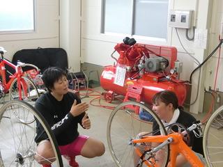 レースを振り返る岡村選手(左)と三宅選手(右)