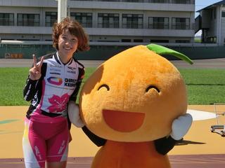 わかちゃん(右)とツーショットの長澤選手