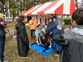 紀州よさこい姿の女の子もワットバイクに挑戦