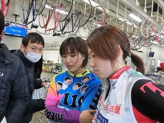 翌日のメンバー表を見る荒川選手(左)と齋藤選手