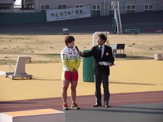 優勝インタビューに答える小林莉子選手