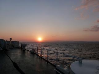 東の空に昇る朝日