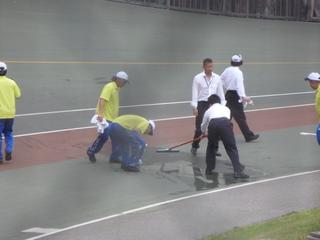 バンクの清掃をする競技会係員