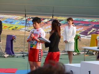 優勝インタビューに答える村上義弘選手