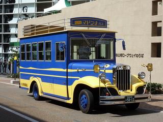 ロープウェイ乗り場前に停車中のマドンナバス