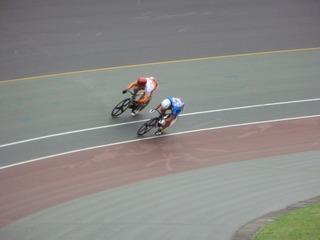 成年男子スプリント3位決定戦1本目 先行する坂本に曽我が並びかける