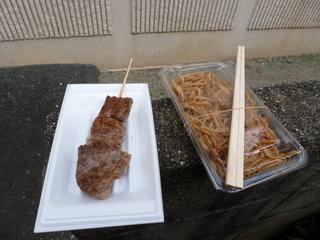 牛タン串(左)とホルモン焼きそば(右)
