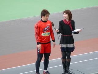 勝利選手インタビューに答える村上義弘選手