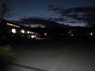 日も暮れて真っ暗の「ベルファーム」