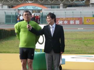涙をこらえながらインタビューを受ける岡本選手