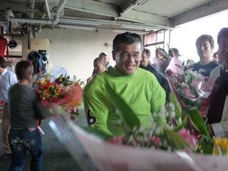 数限りない花束を贈られる岡本選手
