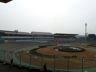 奈良競輪場 管理棟(左)、飛天交流館(中)、旧バックスタンド(右)