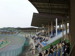 奈良競輪場 旧1センタースタンド(左)、1コーナースタンド(中)、メインスタンド(手前)