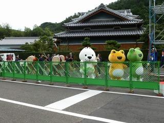 スタートを盛り上げる山口太鼓の演奏(左)と、きいちゃん(中)&カッくん(右・緑)・エルちゃん(右・黄)
